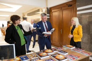 Moldova, parlament, expoziţie, Renata Verejanu, Mihai Cimpoi, Marian Lupu